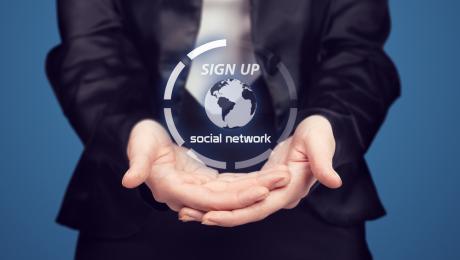 Influence des réseaux sociaux sur l'attitude à l'égard de la marque universitaire